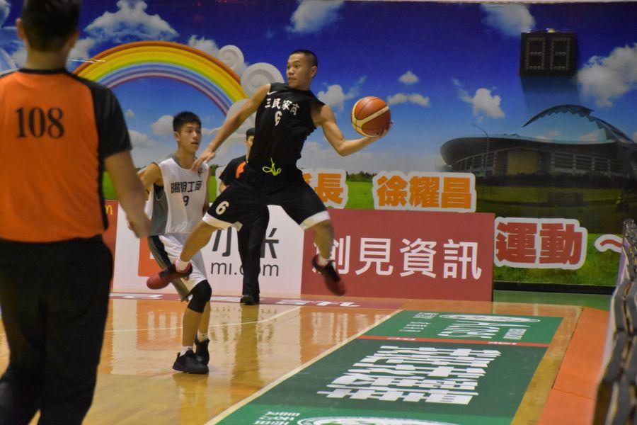 三民高二左撇子射手趙璽文(右)21分、10籃板「雙十」打出代表作。