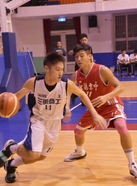 三重第一射手陳言慎(左)三分球18投中5,再演26分飆分秀惜仍輸球。