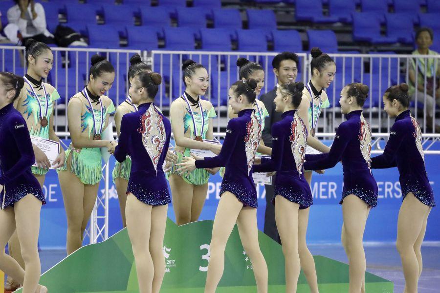 世大運韻律體操測試賽,日本東京女子體育大學,在頒獎典禮上,向銅牌中華臺北隊致意。圖/大會提供