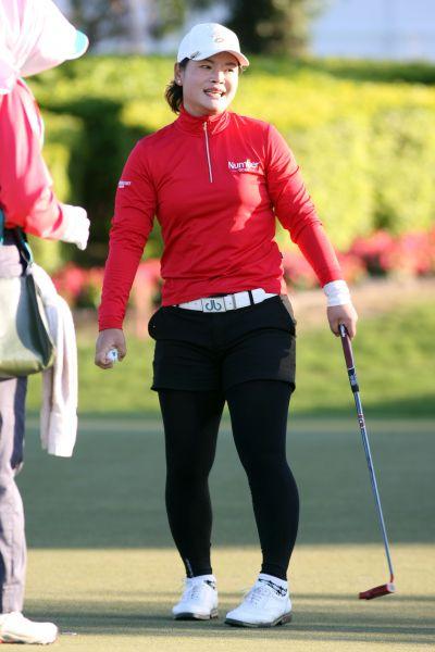 中國籍選手潘艷紅在第二天賽事逆轉攀升至單獨領先群第三名。
