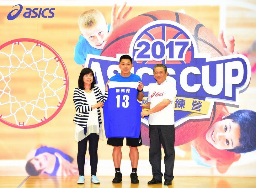 亞瑟士總經理謝玉真(左一)致贈亞瑟士專屬球衣感謝羅興樑教練(中)為台灣籃壇的付出。(大漢集團提供)