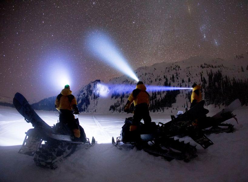 今年滑雪系列在上衣及褲子的設計中選用的是DWR面料,在保暖的機能上兼具防潑水及耐磨特性,幫助滑雪者能更無所畏懼地馳騁於雪地中。