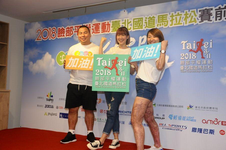 伊林娛樂藝人李懿(中)祝陽光傷友代表慧珠(右)與嘉舜路跑有好成績。圖/公關提供