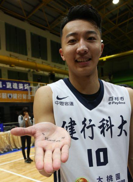 健行簡祐哲展示助理教練孫毅寫在他手上的「shooter」(射手)字樣。