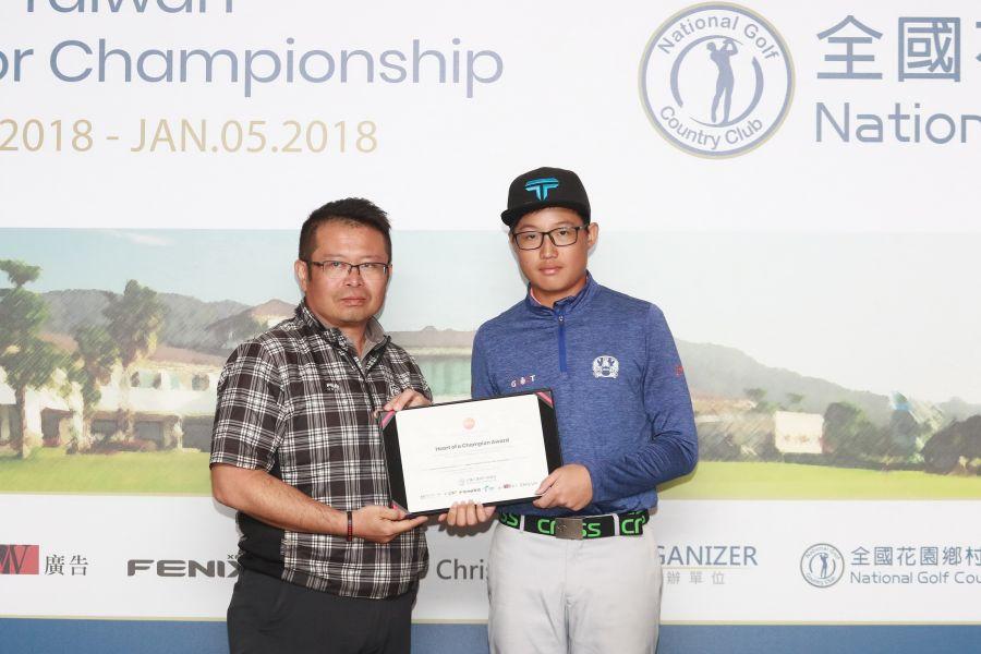全國球場吳憲紘總經理(左)頒冠軍之星獎狀給台灣選手陳瑋利(右)。圖/大會提供(鍾豐榮攝)