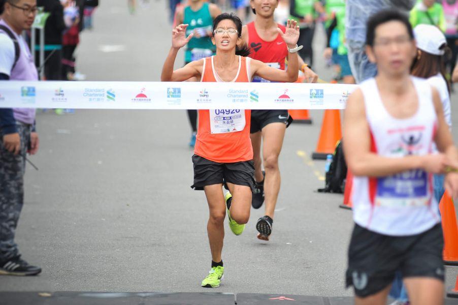 全程馬拉松女子組冠軍由朱盈穎跑出3小時03分54秒摘下后冠。圖/公關提供