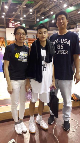 前中華男籃國手陳建勳(右)與另一半探兒子金華國二射手傅友的班。