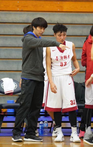 前電信、中華女籃得分後衛徐千惠客串指點台師大球員。
