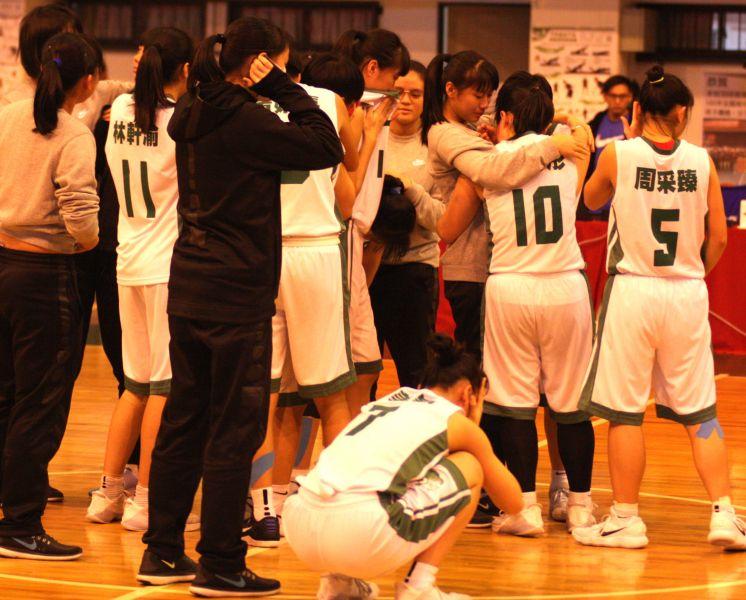 北一女外卡賽輸球淘汰球員互擁痛哭。