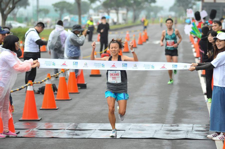 半程馬拉松女子組冠軍由蘇鳳婷跑出1小時23分00秒摘下后冠。圖/公關提供
