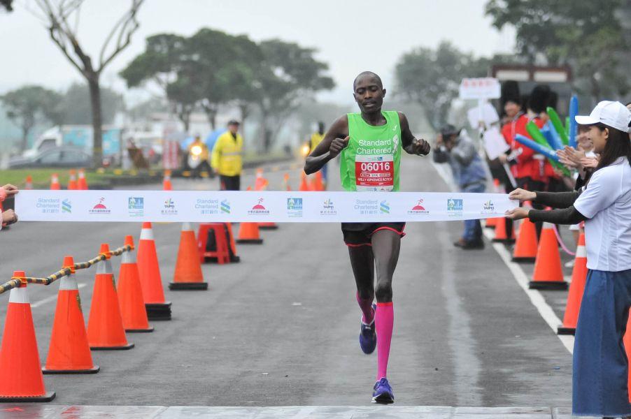 半程馬拉松男子組冠軍為Willy Kipkemoi Rotici,以1小時08分01秒奪冠。圖/公關提供