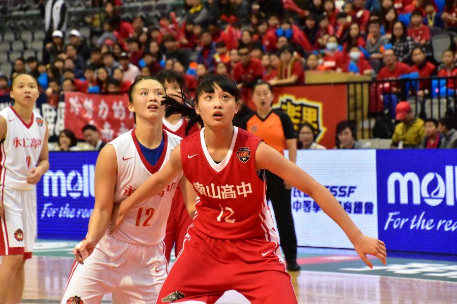 南山 陳雅彤 與永仁莊家淯 籃下卡位。