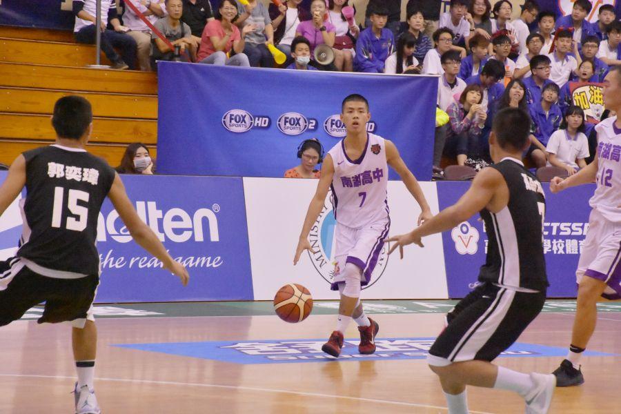 南湖陳孝榕這一戰貢獻24分外帶13籃板。