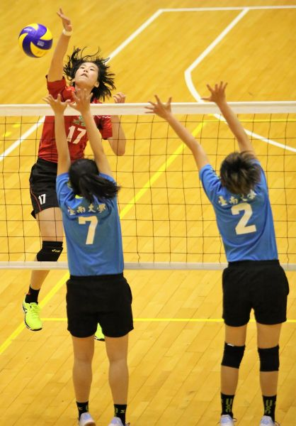 台師大邱雅慧(左)殺球/黃秀仁攝