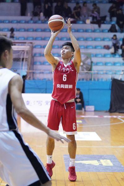 台灣師大許軒瑜跳投。