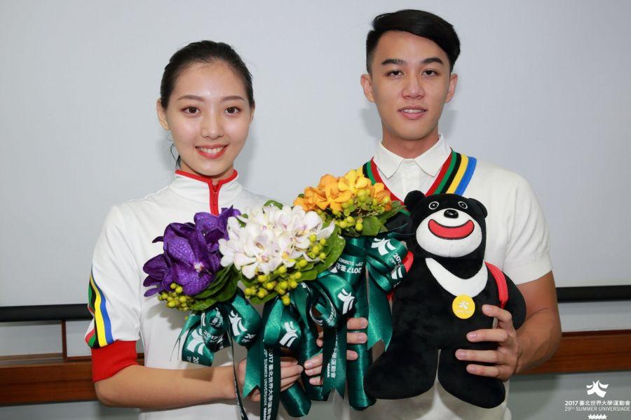 吉祥物熊讚、公路賽現場則頒贈萬代蘭捧花。台北世大運組委會提供
