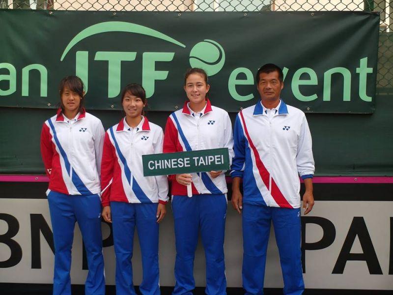 喬安娜(右2)也是我國世青女代表隊之一。摘自國際網總官網