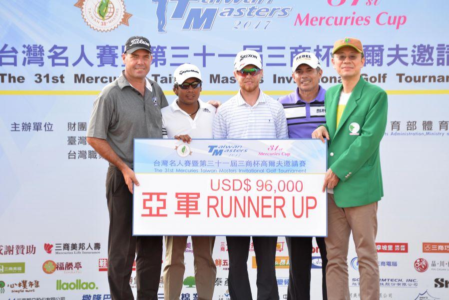 四位選手並列亞軍,三商投控公司董事長陳翔立(右)頒獎。圖/大會提供