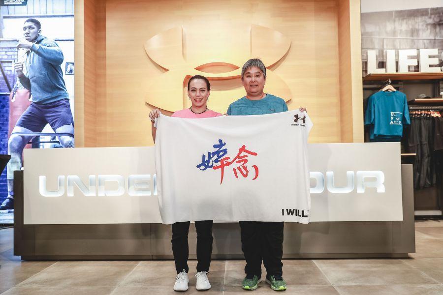 """寶桑國中林尚儀教練也為婞淳披上一件專屬的""""婞念毛毯""""。UA提供"""