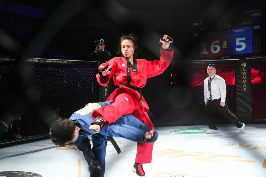 紅方選手一記飛身旋踢成功壓制藍方選手。圖/台北市跆拳道協會提供