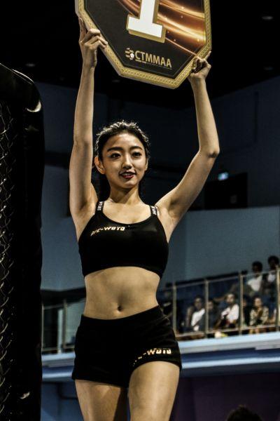 通過徵選者成為舉牌女郎將可站上擂台成為鎂光燈焦點。(中華民國綜合格鬥協會提供)