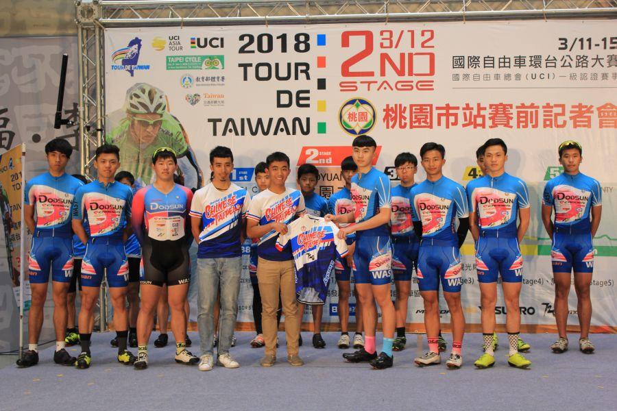 中華隊車手贈予紀念車衣給桃園在地自由車小選手。圖/名衍行銷提供