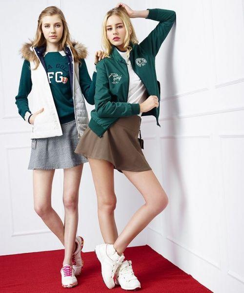 哈靈頓夾克搭配素面T恤及高爾夫球短裙,完美演繹經典英式高球風格。
