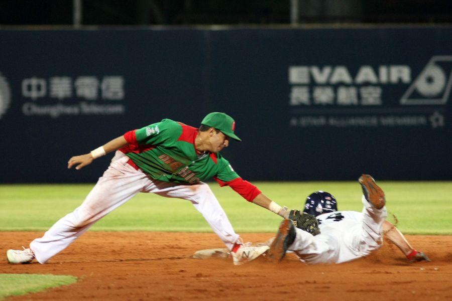 墨西哥游擊手HUMBENTO(left)_嘗試觸殺美國隊打者。台北世大運執委會提供
