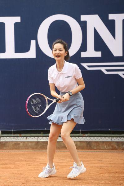 天生就擁有絕佳運動細胞的曾之喬現場也小試身手與參與比賽的網球小將們對打熱身,為緊張、刺激的競爭氣氛現場帶來許多的趣味和歡樂。