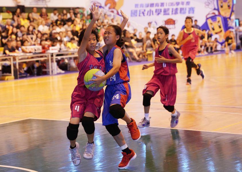 季軍賽南湖羅宥佳強行上籃。