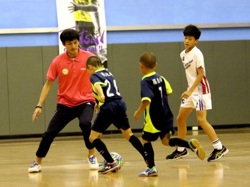 形象大使與小球迷進行比賽。