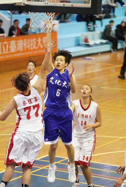文化大學陳薇安展現MVP身手。