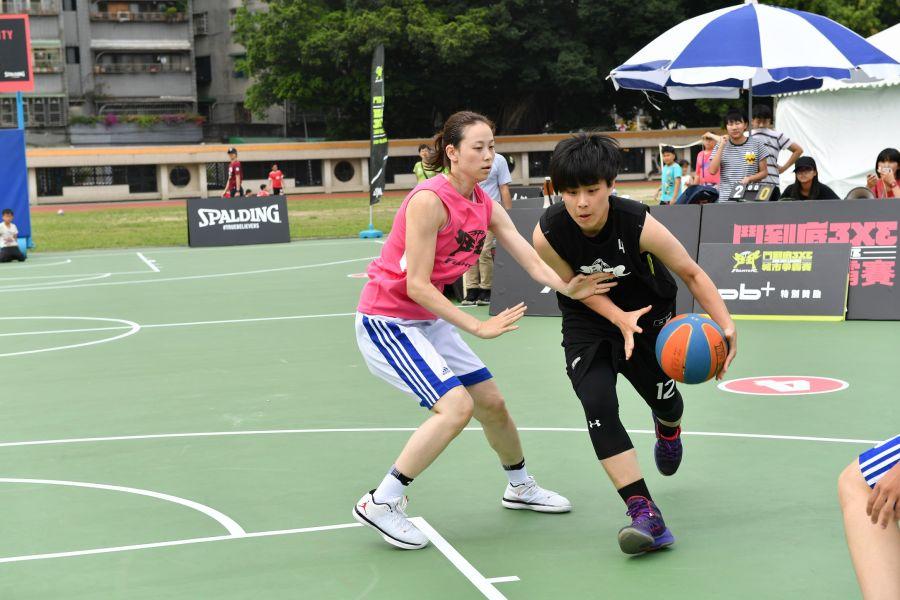 """於2017年世大運擔任外線攻堅角色的文化大學黃鈴娟參與""""鬥到底""""籃球賽事。"""