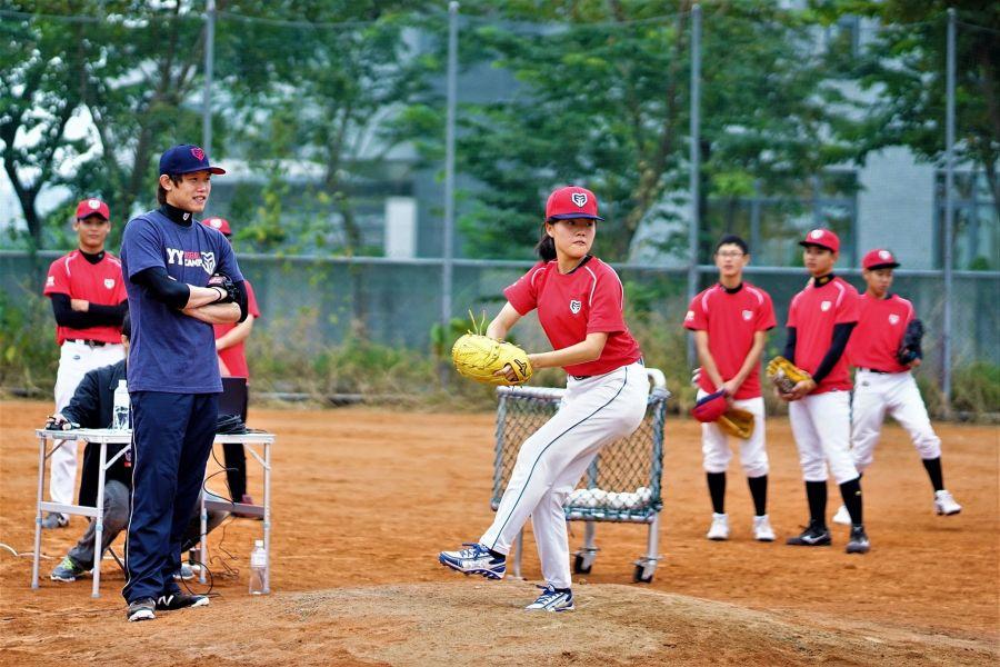 旅日投手陳冠宇親身教導黑豹旗小球員林庭瑋。圖/主辦單位提供