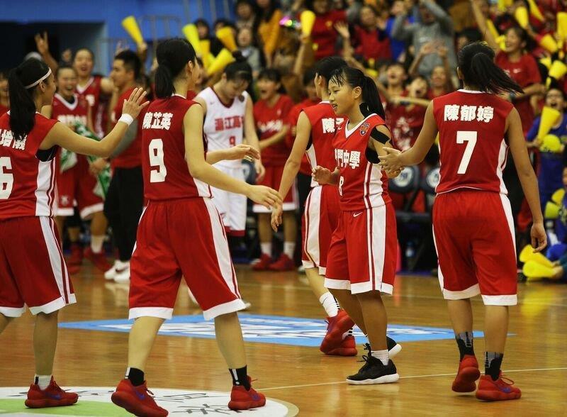 普門梁瑜玲 (右二)  最後50.1秒致勝三分球後與隊友擊掌。