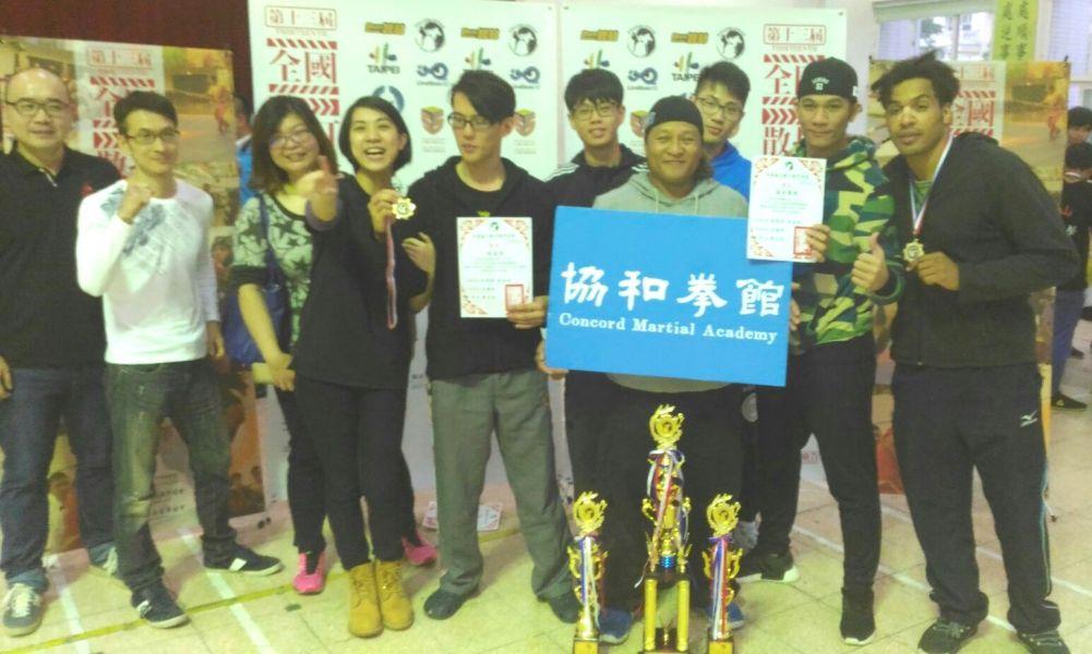 最佳教練楊東雄(右四)獲獎笑開懷。