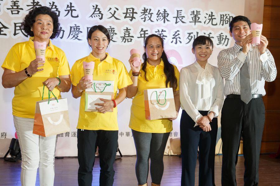 本土品牌S.E.E(AGT寀呈公司)特別贊助孝親奉茶杯,董事長李佳燕(右二)親自出席共襄盛,