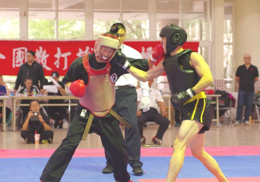 林嘉信(右)一拳重擊對手得分。