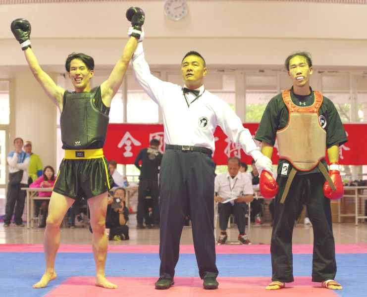 林嘉信(左)獲判冠軍舉臂狂吼。