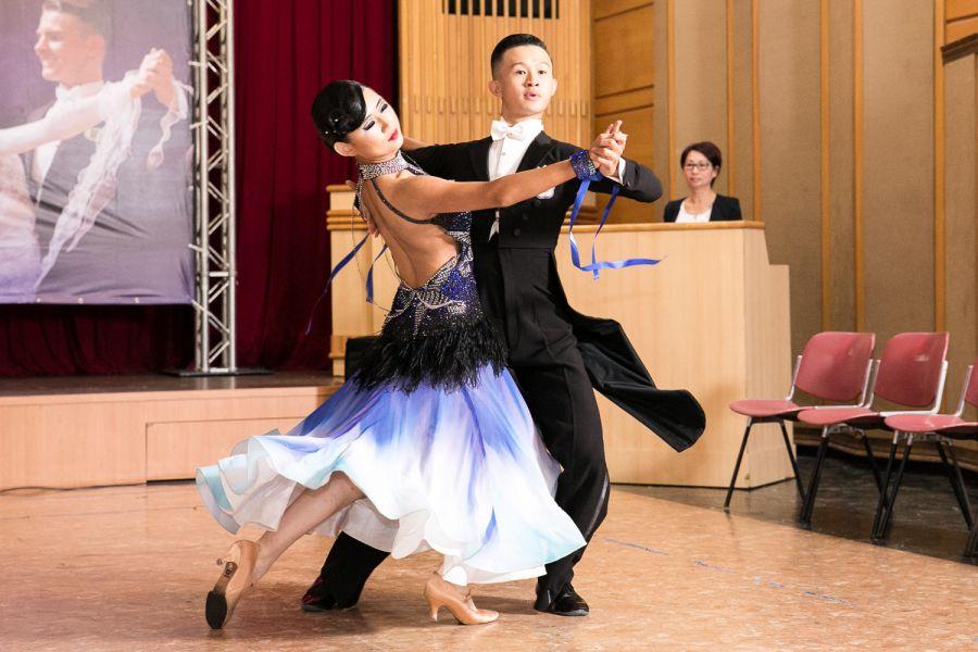 林廷駿(右)陳怡安展現出曼妙的標準舞/中華民國體育運動舞蹈總會提供