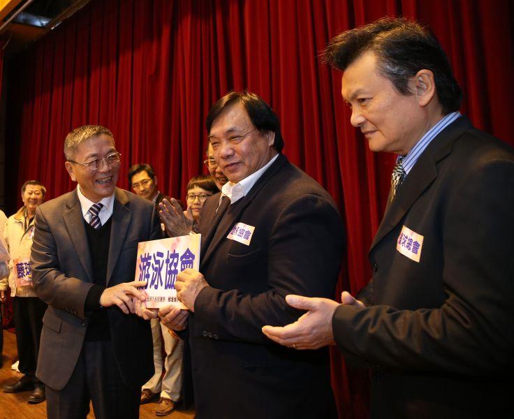 署長送給報名人數最多的游泳協會理事長許東雄。李天助攝