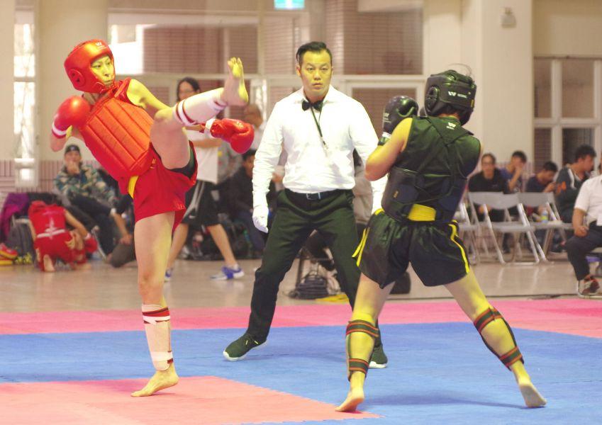楊青錦(左)腿功懾人。