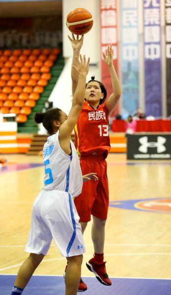 民族蔡佑蓮17分12籃板雙十。
