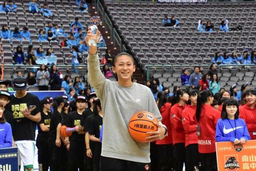 永仁鄭慧慈獲選新人后,加上籃板后。