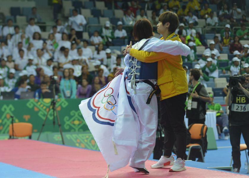 洪幼婷摘下金牌,賽後與教練陳廖霞相擁慶祝。體記協會提供