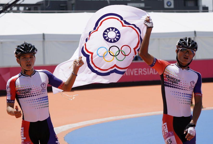 陳彥成(左)在滑輪溜冰一萬公尺為台灣奪下本屆賽會的第一金。圖/台北世大運組委會提供