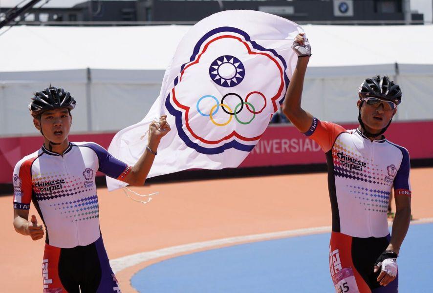 賽後陳彥成和以13分奪銀的隊友柯福軒(KO Fu-Shiuan),一同舉旗環繞賽場。大會提供