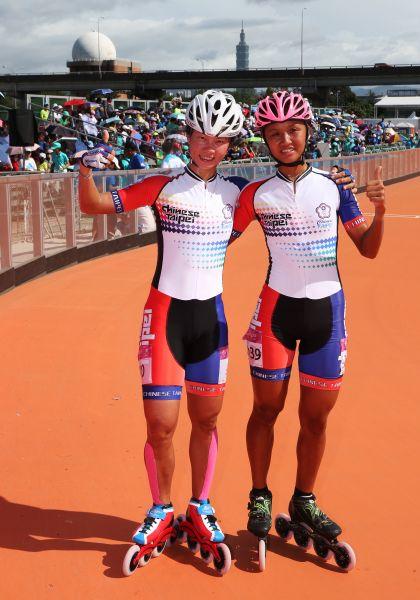 楊合貞(左)和李孟竹包辦滑輪溜冰女子一萬公尺金牌和銀牌。圖/李天助攝
