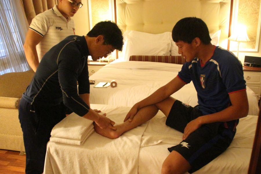 隊醫正在幫中華隊檢查身體狀況。中華民國足球協會提供
