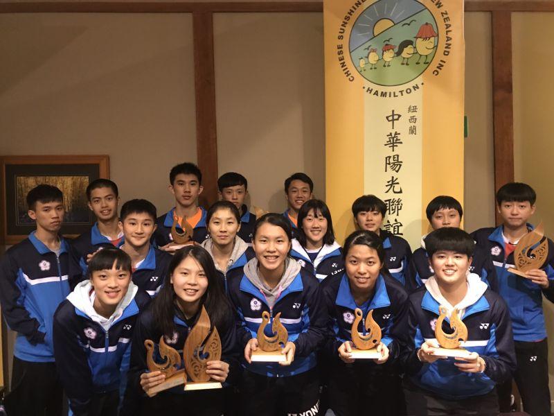 在紐羽賽獲獎的台灣潛優選手合影/台灣羽隊教練團提供